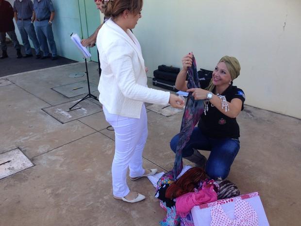 Lenços serão doados (Foto: Ana Carolina Levorato/G1)