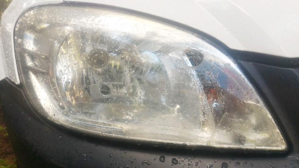 Tiro feito pelo suspeito atingiu farol do carro do policial; bala ficou alojada no local (Foto: Divulgação/PRF)