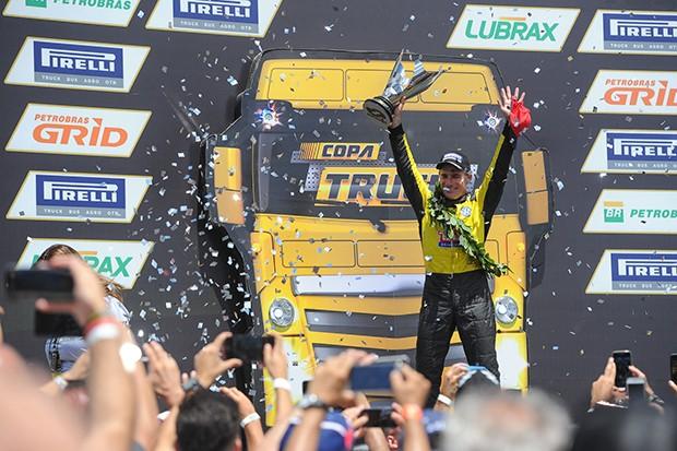 Felipe Giaffone  e seu Truck VW #4 campeões (Foto: Fabio Davivi/MF2)