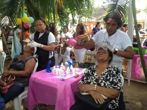 Aposentada Camelita Fernandes da Silva aproveitou para fazer limpeza de pele (Foto: Gilcilene Araújo /G1)