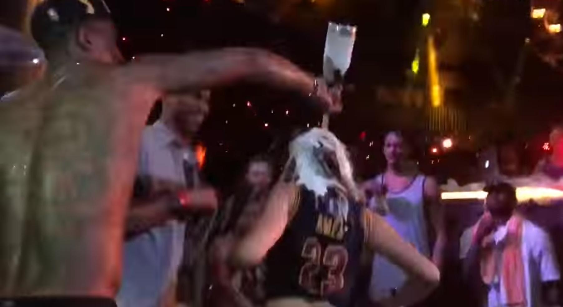 """J.R. Smith e craques do Cavaliers tomam """"banho de champa"""" (Foto: Reprodução)"""
