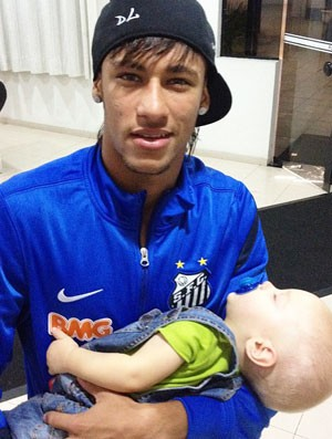 Neymar com o Davi Lucca (Foto: Twitter / Oficial Santos)