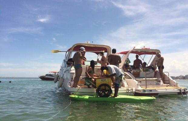 Ambulante põe carrinho em prancha para vender picolé no mar  (Naiara Arpini/ G1 ES)