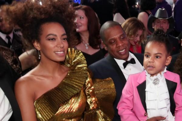 Solange Knowles e Jay-Z com sua filha com Beyoncé no colo (Foto: Getty Images)