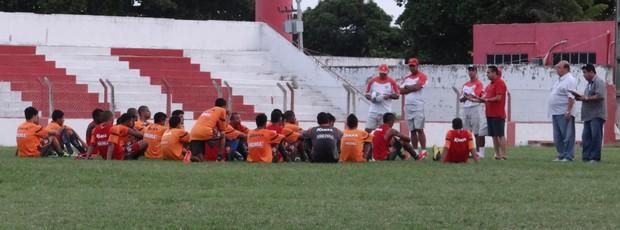 Marcos Barbosa conversa com jogadores do CRB (Foto: Denison Roma / Globoesporte.com)