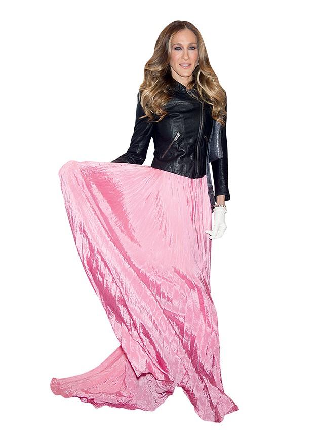 Sarah Jessica e seu  estilo único. Plissado fancy e jaqueta de couro:  why not? (Foto: .)