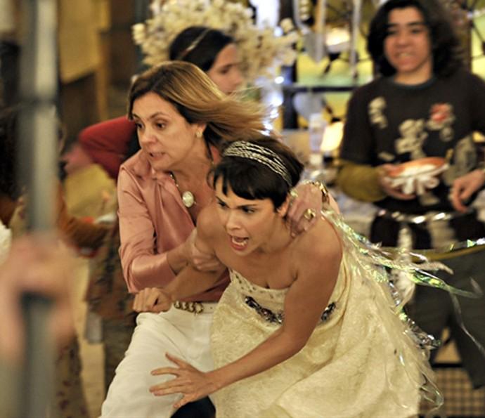 Em Avenida Brasil, Carminha acabaou com o casamento da personagem de Débora Falabella  (Foto: TV Globo)