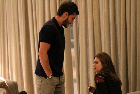 Marina Ruy Barbosa com o namorado, Klebber Toledo, em shopping no Rio (Foto: Johnson Parraguez/ Foto Rio News)