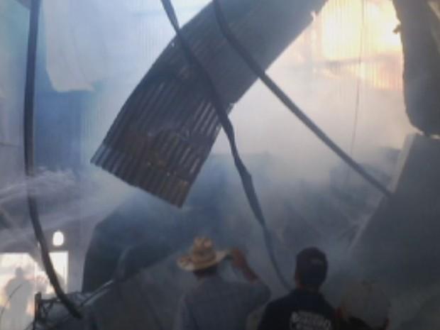 Funcionários recolheram grãos queimados pela manhã (Foto: Reprodução / TV TEM)