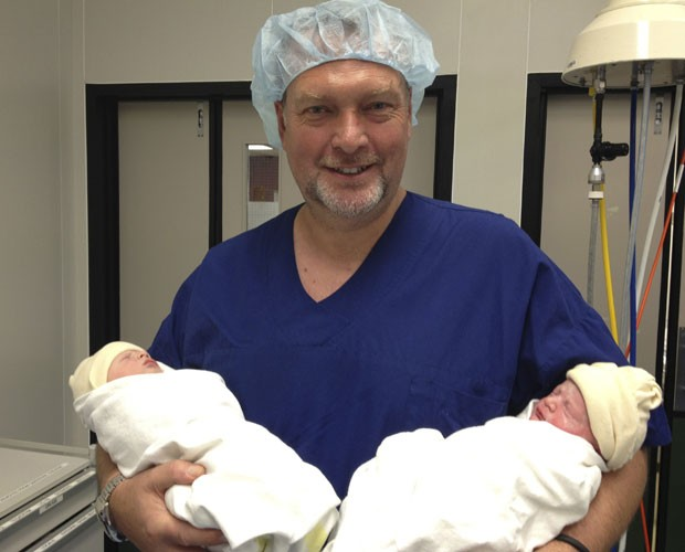 Martin Weekes seguira os filhos gêmeos Poppy e Parker (Foto: Martin Weekes/AP)