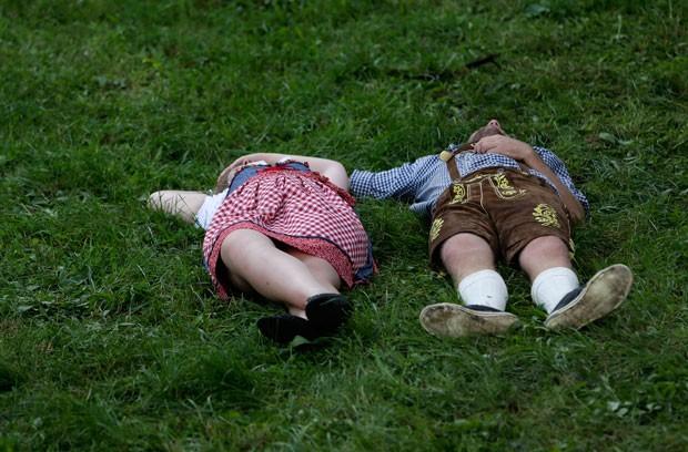 Casal aproveitou para 'descansar' em gramado (Foto: Matthias Schrader/AP)
