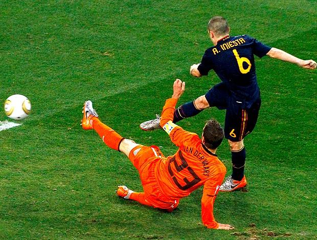 Iniesta, chutando para o gol da espanha contra holanda (Foto: Reuters)