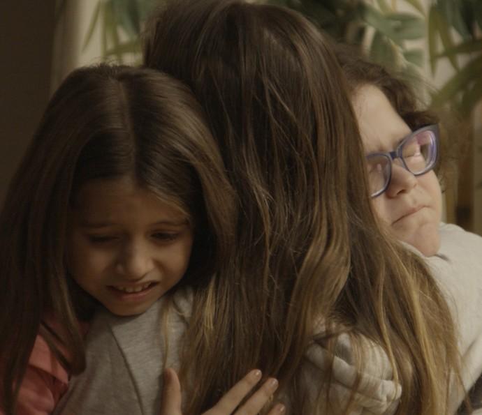 Tomados pela tristeza, os irmãos se abraçam (Foto: TV Globo)