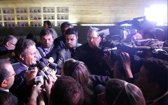 O senador Aécio Neves fala com a imprensa sobre o processo de impeachment que pode afastar a presidente Dilma Rousseff (Foto: Divulgação)