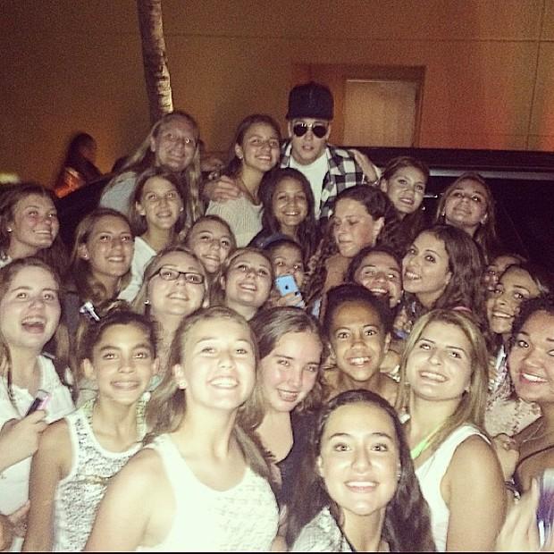 Justin Bieber posa com fãs (Foto: Instagram/ Reprodução)