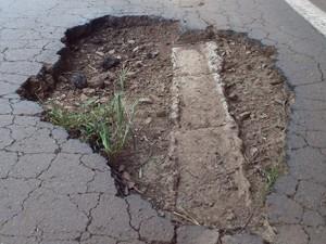 Crateras na pista representam perigo para motoristas (Foto: Odair Piccini/Jornal Folha Regional)