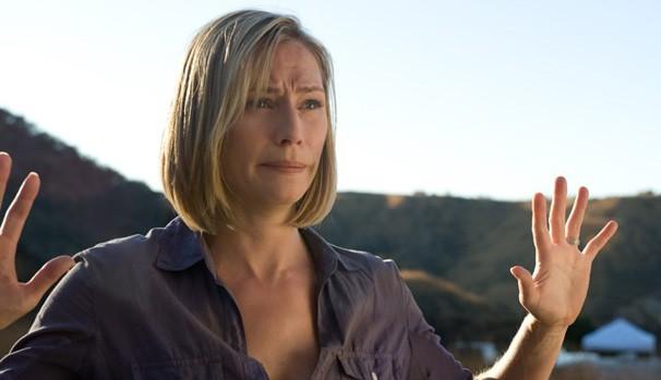 Sara Crane (Meredith Monroe) tem a vida controlada por sequestrador misterioso (Foto: Divulgação/Reprodução)
