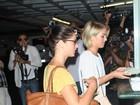 Ashley Greene e Julianne Hough são cercadas por paparazzi