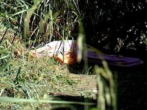 Corpo do homem foi coberto com um pano (Foto: TV Integração/Reprodução)