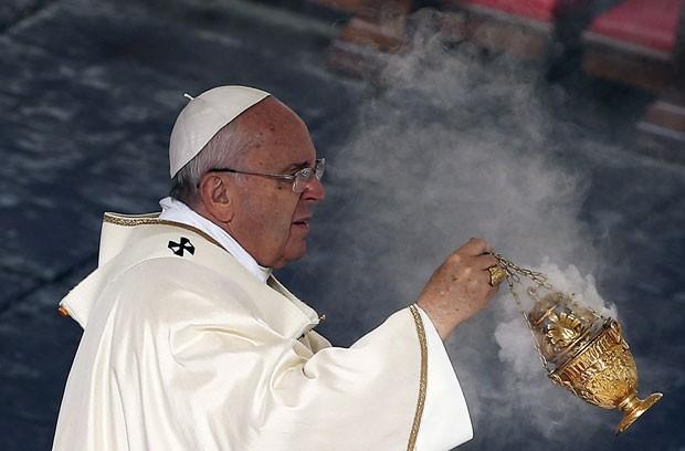 O Papa Francisco durante a cerimônia de canonização de seis novos santos neste domingo (23) no Vaticano (Foto: Alessandro Bianchi/Reuters)