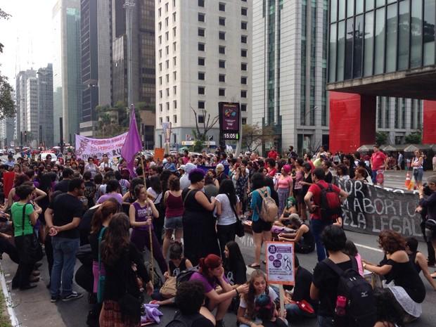 Grupo protesta pela legalização do aborto na Avenida Paulista, em SP (Foto: Carolina Moreno/G1)