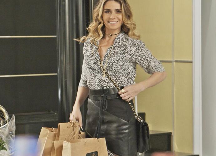 Atena se muda para casa de Romero (Foto: TV Globo)