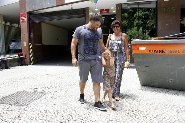 Raoni Carneiro, marido de Fernanda Rodrigues, com a filha (Foto: Alex Palarea/AgNews)