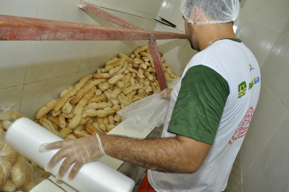 Presidiário ajuda a fabricar pães franceses que serão levados para desabrigados e desalojados pelas chuvas em Pernambuco (Foto: Fernando Portto/SJDH)