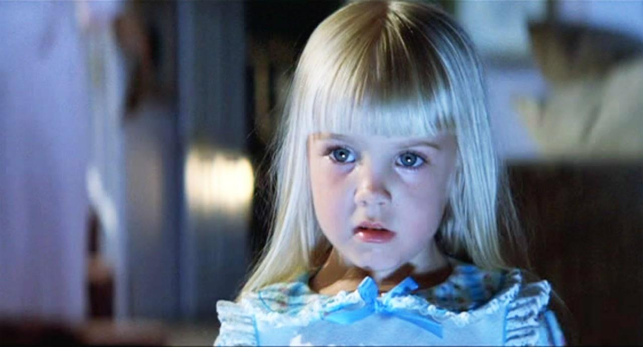 Heather foi descoberta aos 5 anos pelo diretor Steven Spielberg. Seu trabalho mais famoso é na série de filmes 'Poltergeist', no papel da menina que é engolida pela casa mal-assombrada. A atriz mirim começou a passar mal em 1987 e foi diagnosticada com o Doença de Crohn, mal que atinge as células imunológicas, traz dor abdominal, diarreia e perda de peso. O'Rourke faleceu no ano seguinte, vítima de uma parada cardíaca, com apenas 12 anos.  (Foto: Reprodução)