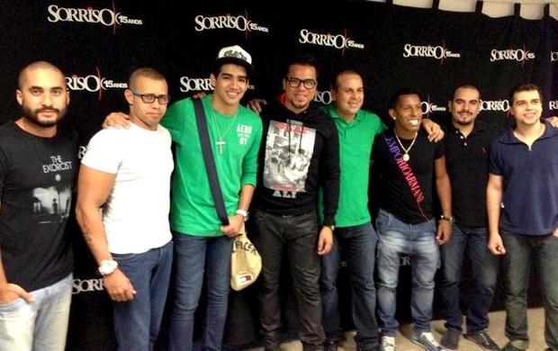 Victor Junior com o grupo Sorriso Maroto (Foto: Divulgação)
