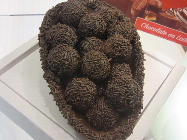 Ovo de páscoa feito com o chocolate em barra da marca Selecta Namur, recém-associada à Abicab (Foto: Marta Cavallini/G1)