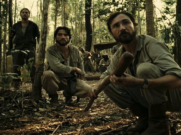 Cláudio e Leonardo são cercados por índios no meio da floresta (Foto: Salve Jorge/TV Globo)