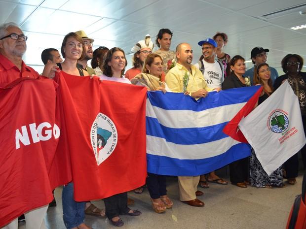 Médicos estrangeiros foram recebidos por comitiva no Aeroporto Castro Pinto (Foto: Daniel Peixoto/G1)