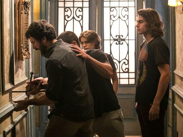 Pedro, Gael, Karina e Duca encontram a passagem secreta (Foto: Raphael Dias / Gshow)
