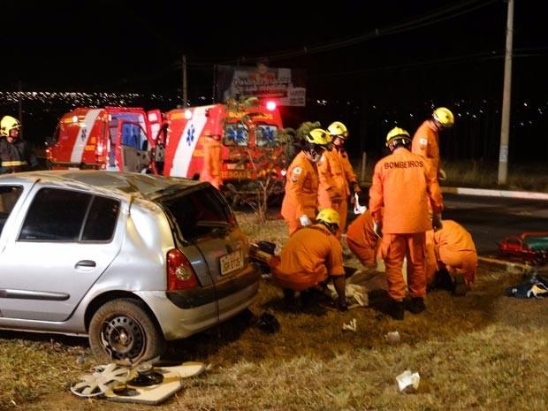 Carro que capotou e deixou três pessoas feridas no DF (Foto: Corpo de Bombeiros DF/Divulgação)