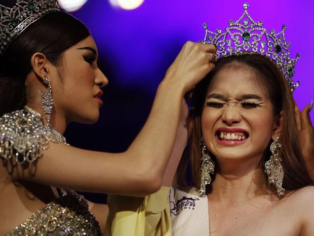 A candidata das Filipinas foi eleita vencedora do concurso de beleza para transgêneros/transexuais Miss International Queen 2012 nesta sexta-feira (2). Nascida com o nome de Kevin Balot, ela derrotou outras 21 competidoras, de 15 países (Foto: Damir Sagolj/Reuters)
