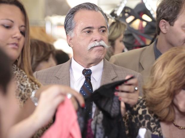 Otávio não suporta ver a nova clientela que ficou atraída pela liquidação da loja (Foto: Guerra dos Sexos/ TV Globo)