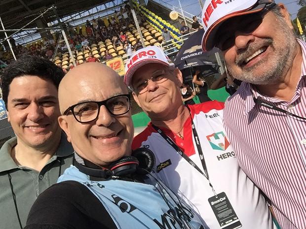 Um Selfie com Giaffone Neto, Fábio Sotto Mayor e Paulo Gomes no grid da Stock Car (Foto: Conexão Saloma)