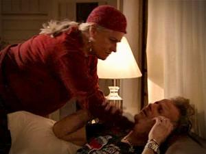Lucinda faz carinho e consola o filho Max (Foto: Avenida Brasil/TV Globo)