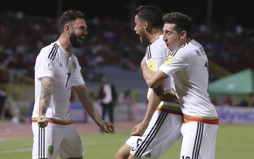 Diego Reyes, ao centro, comemora o gol da vitória do México sobre Trinidad e Tobago com Layún e Hector Herrera (Foto: AP )