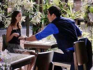Marcos se oferece para ajudar a esposa (Foto: TV Globo)