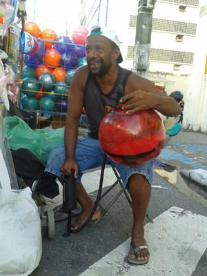 Gilson da Silva, vendedor de bolas gigantes na Festa das Neves (Foto: Aline Oliveira / G1)