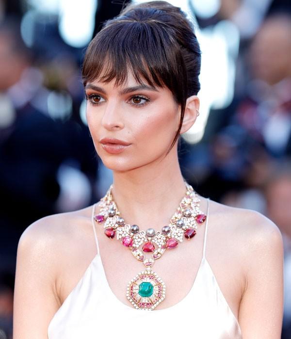 Emily Ratajkowski usou um colar deslumbrante do Festival de Cinema de Cannes (Foto: Getty Images)