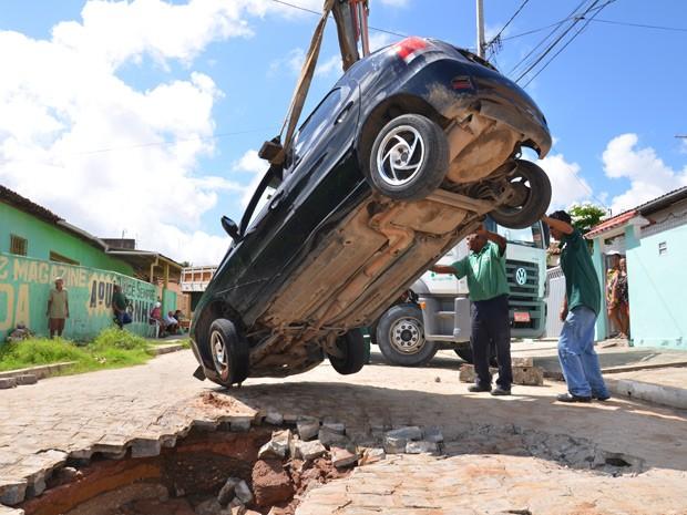 Veículo foi retirado do buraco com a ajuda de um guindaste (Foto: Walter Paparazzo/G1)
