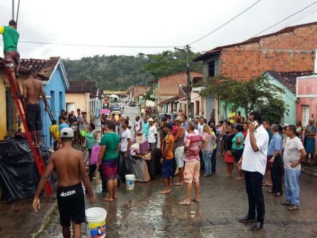 Vizinhos usaram mangueiras e baldes com água para combater o fogo (Foto: Giro em Ipiaú)