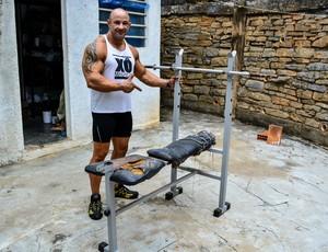 O atleta começou a se preparar em um aparelho usado no quintal de casa. (Foto: Fúlvia Defante.)