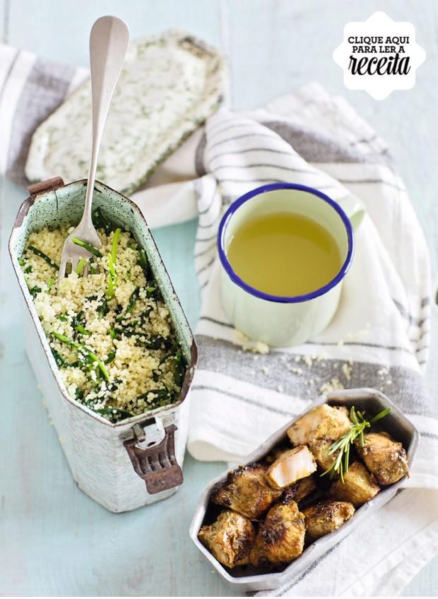Ideia do banqueteiro Viko Tangoda, o cuscuz marroquino com rúcula é acompanhado de frango no molho de iogurte. Marmita com divisória Acervo Brutto (Foto: Elisa Correa / Editora Globo)