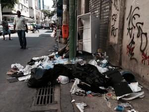 Na rua do Rezende, no Centro do Rio, móveis velhos incrementavam a sujeira e bloqueavam a calçada. (Foto: Guilherme Brito / G1)