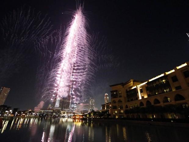 Fogos de artifício explodem ao redor do Burj Khalifa, o edifício mais alto do mundo, em Dubai, depois que a cidade dos Emirados Árabes Unidos foi eleita a sede da World Expo 2020, na noite de quarta-feira (27). São Paulo também participava da disputa. (Foto: Karim Sahib/AFP)
