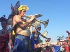 Grávida em perna de pau é a musa da Orquestra Voadora, no Rio